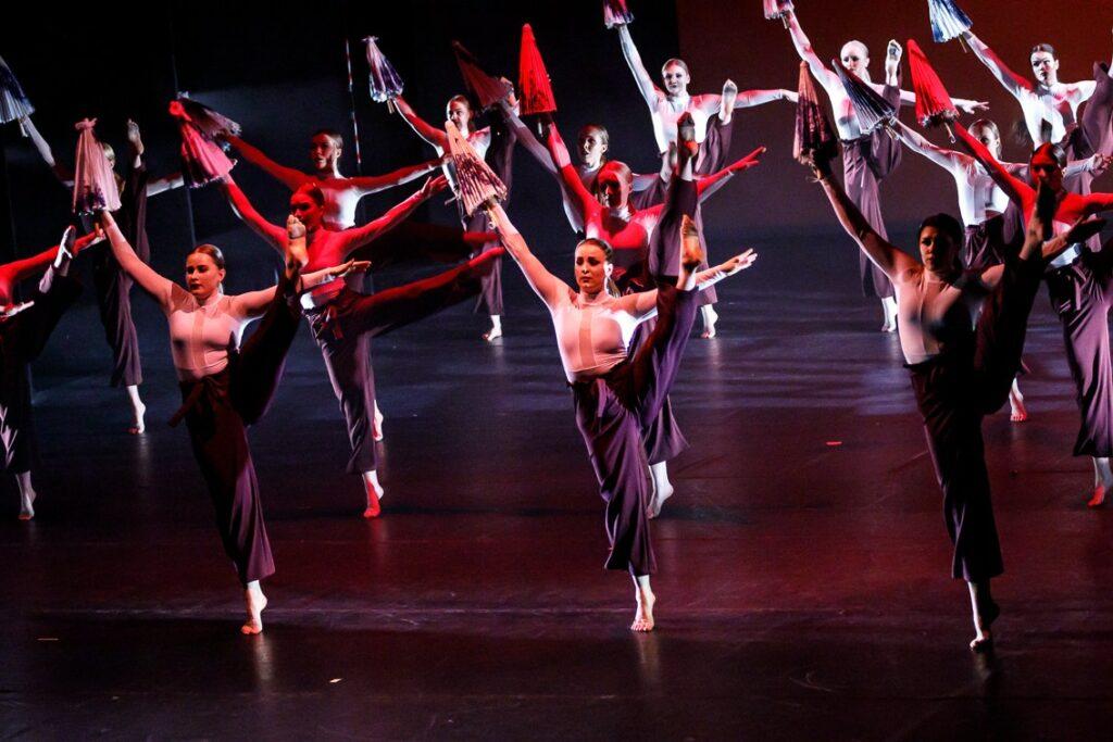 Aikuisten Performing Arts muodostelma 2019. Koreografia Liisa Tirkkonen, kuva Matti Häyrynen.